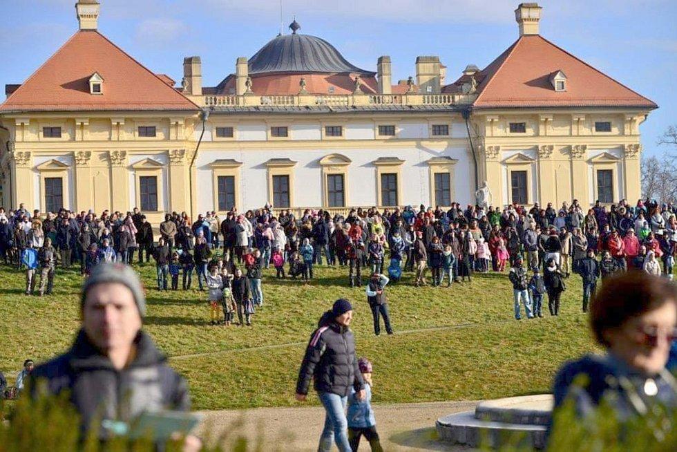 Slavkov u Brna - srovnání místa před a po zákazu pohybu bez zakrytých úst a nosu