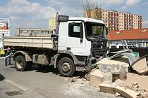 Nehoda nákladního auta v Palackého třídě v Brně.