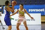 S mistrovským USK Praha sváděly basketbalistky KP Brno vyrovnaný souboj. Přesto nakonec podlehly 66:87. Na snímku Beránková - Xargay (USK).