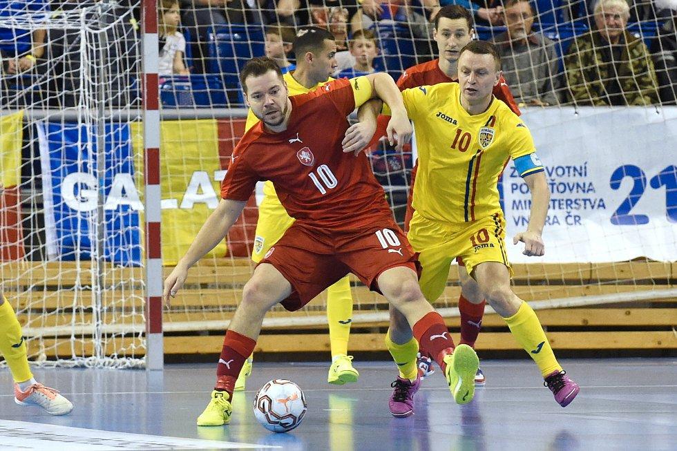 Kvalifikační turnaj na futsalové MS 2020 - ČR Michal Seidler (červená) Rumunsko Dimitru Stoica (žlutá)