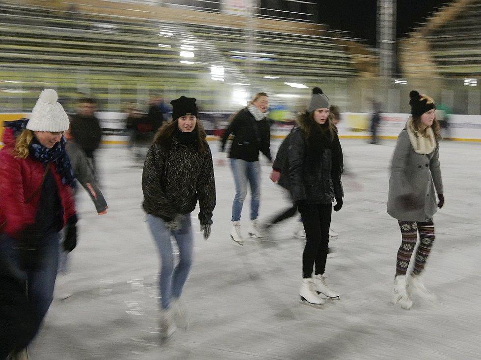 Veřejné bruslení odstartovalo i na ledě za Lužánkami.