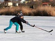 Zimní radovánky na zamrzlé hladině Holáseckých jezer.