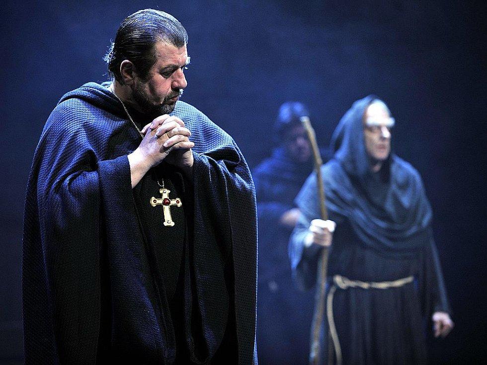 Jméno růže v režii Petra Kracika uvádí Městské divadlo v Brně.