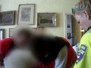 V dobrodružnou záchranu se změnil výjezd hlídky brněnských strážníků do Králova Pole. V úterý večer je přivolala příbuzná devětaosmdesátileté ženy, která přes dveře svého bytu slabě volala o pomoc. Strážníci se k ní museli slanit přes balkon.