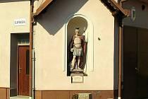Socha svatého Floriána ve výklenku budovy hasičské zbrojnice v Jiříkovicích.
