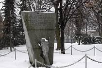 Pomník v parku v Trnkově ulici v brněnské Líšni připomíná tamní rodačku Josefu Faimonovou. Spáchala sebevraždu kvůli mučení, kterým ji za druhé světové války týralo gestapo.