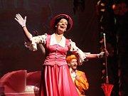 Muzikál Mary Poppins se vrací do Městského divadla Brno. Hlavní postavu znovu ztvární herečka Alena Antalová (na snímku), nově roli nastudovala také Ivana Vaňková.