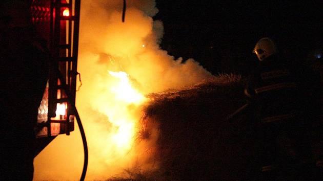 Hořící balík sena na Brněnské přehradě po soutěžním ohňostroji