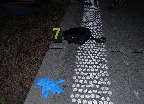 Jen několik kilometrů za sjezdem zdálnice D2 do Blučiny na Brněnsku vúterý večer zemřel člověk. Ve směru zBrna na Břeclav zatím neznámého muže srazilo auto, když se snažil přeběhnout dálnici.