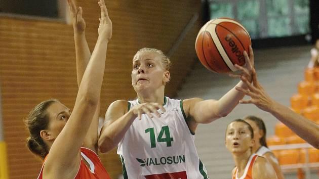 Basketbalistky brněnského Valosunu (v bílém) ladily formu na novou sezonu od pátku do neděle na domácím Valosun Cupu, který zakončily s bilancí jedné výhry a jedné prohry.