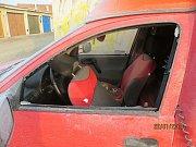 Zloděj se v úterý v noci v Ivančicích vloupal do pěti aut.