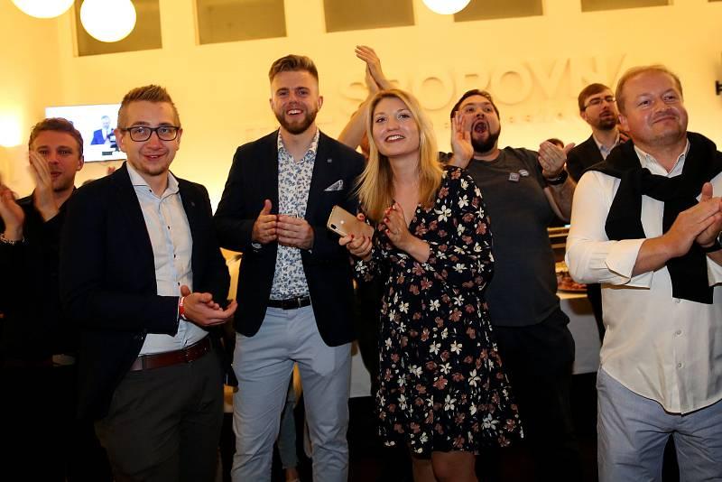 Oslavy ve volebním štábu koalice SPOLU v Brně, návštěva Pavla Blažka, primátorka Markéty Vaňkové a radního Roberta Kerndla.