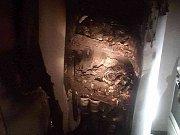 Krušnou páteční noc zažili lidé z panelového domu v Herčíkově ulici v Brně. Kvůli požáru, který způsobila zřejmě lednička, evakuovali hasiči z domu dvanáct lidí. Z hořícího bytu zachránili jednu ženu v bezvědomí.