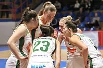 Tři z basketbalistek Žabin Brno  na snímku se s klubem rozloučí. Jde o Petru Záplatovou (na snímku druhá zprava), Kateřinu Zohnovou a Justinu Matuzonytéovou (druhá zleva).