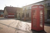 Typická červená telefonní budka společně s dvoupatrovým autobusem, napodobeninou legendárního doubledeckeru, navodí v návštěvníkovi Bedřichovic pocit, že se ocitl na londýnském náměstí u Temže. Náves vznikla podle návrhu brněnské umělkyně Kateřiny Šedé.