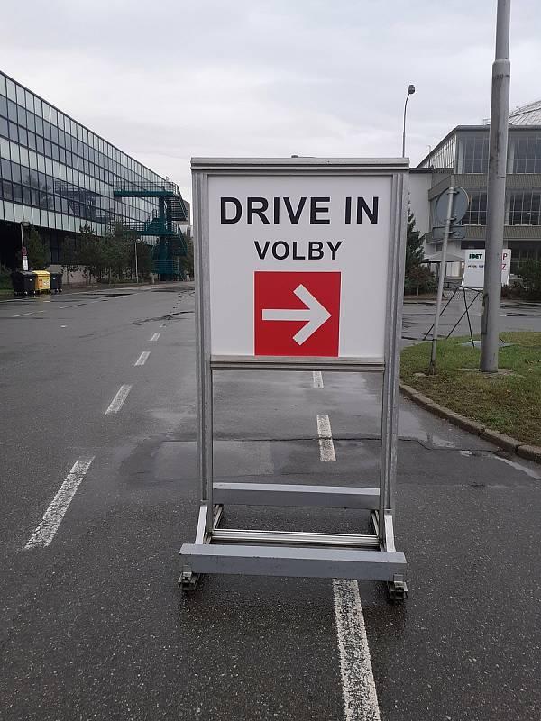 Někteří Brňané v karanténě už hlasovali ve sněmovních volbách z auta na takzvaném drive-in stanovišti na brněnském výstavišti.