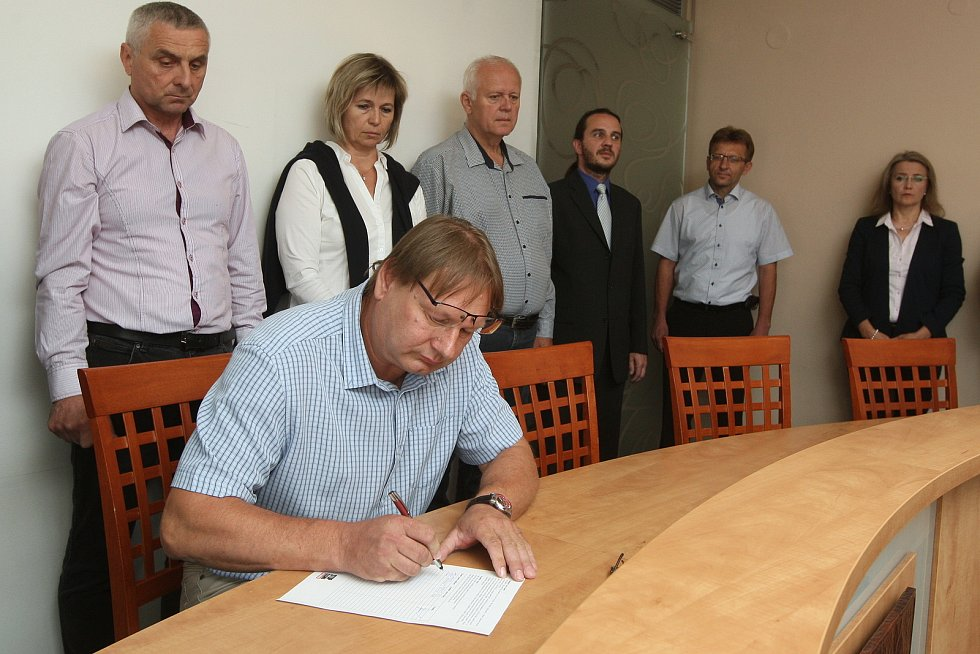Podpis petice Stop Kasinu Holubice na městském úřadě ve Šlapanicích na Brněnsku.