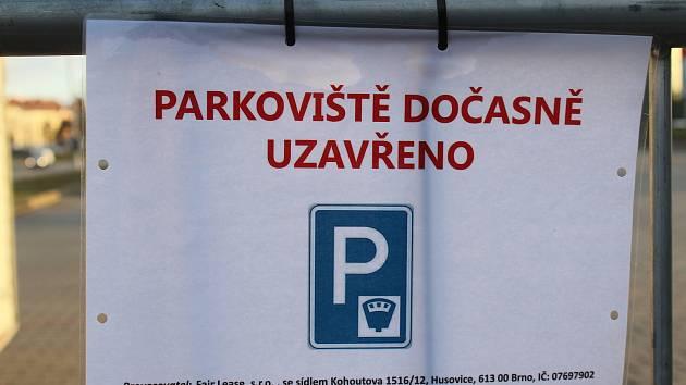 Parkoviště u Hokejových hal dětí a mládeže v Brně je dočasně uzavřené.