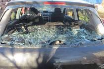 Škodu za víc než sto tisíc korun způsobil neznámý pachatel na odstavném parkovišti v Žatčanech. Vandal poškodil celkem sedm aut, která byla připravena k rozebrání na náhradní díly.