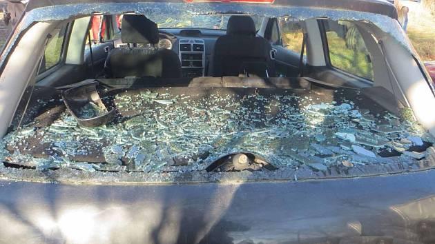 Řádění vandala: rozbíjel okna i zrcátka aut, sprejoval kosočtverce nebo srdce