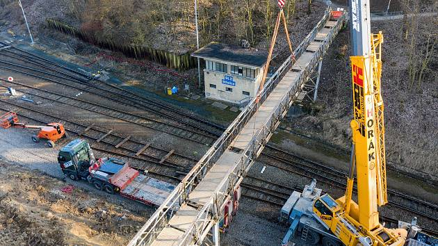Elektrifikace trati mezi Brnem a Zastávkou.