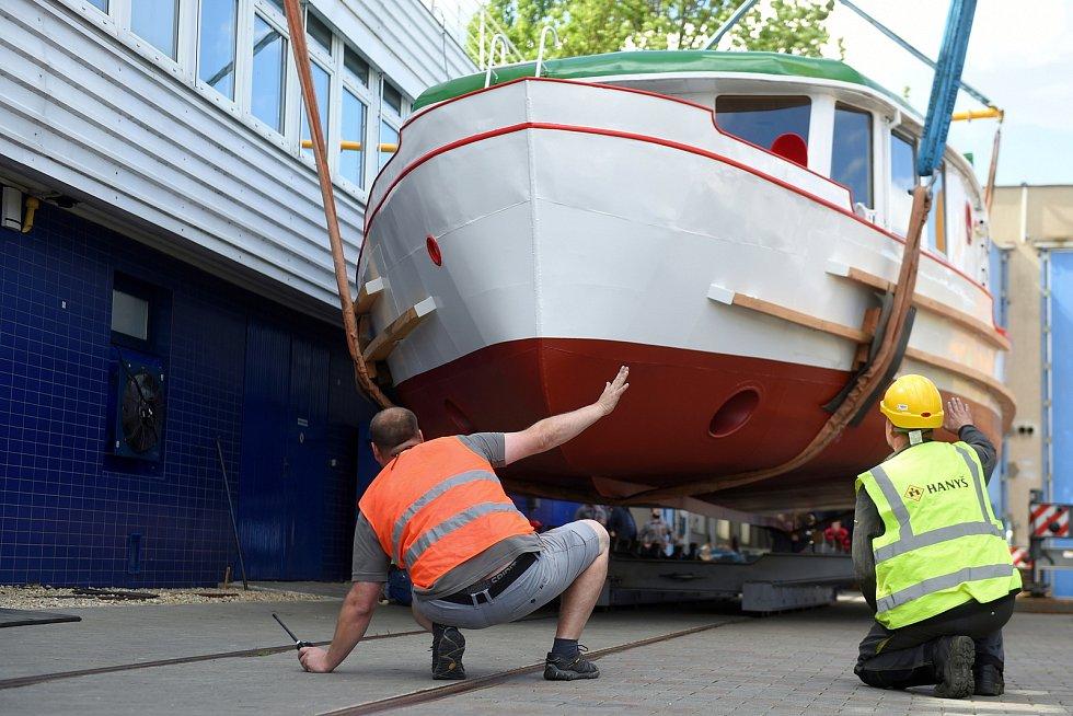 Brno 2.6.2020 - překládka zrekonstruované lodě Dallas v doku DPmB na Brněnské přehradě