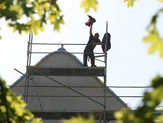 Sochař Michal Blažek protestuje na budově Domu umění v Brně.