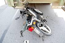 Důchodce na mopedu zemřel pod koly nákladního auta.