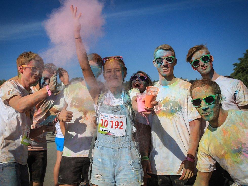 Nejšťastnějších pět kilometrů čekalo na výstavišti přes tři a půl tisíce běžců. V sobotu odpoledne se tam účastnili akce nazvané Rainbow run.