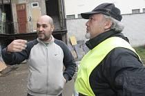 Ján Polyák (vpravo) už přes rok doprovází hlídky strážníků jako asistent prevence kriminality.