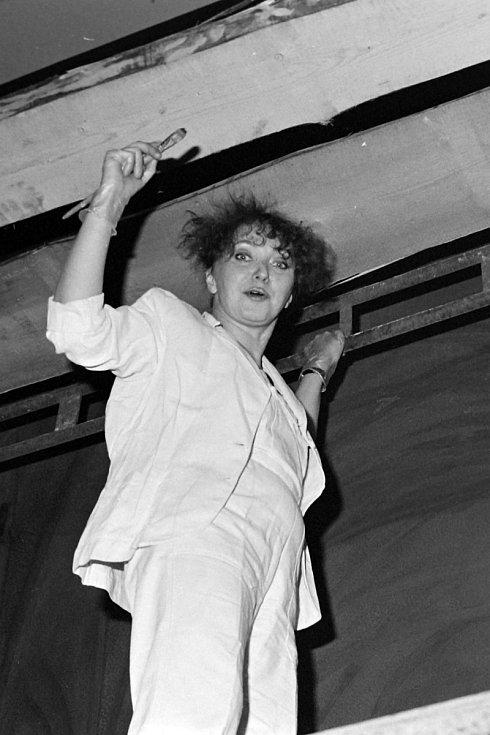 Restaurátorka Ivana Přibylová, rok 1992.