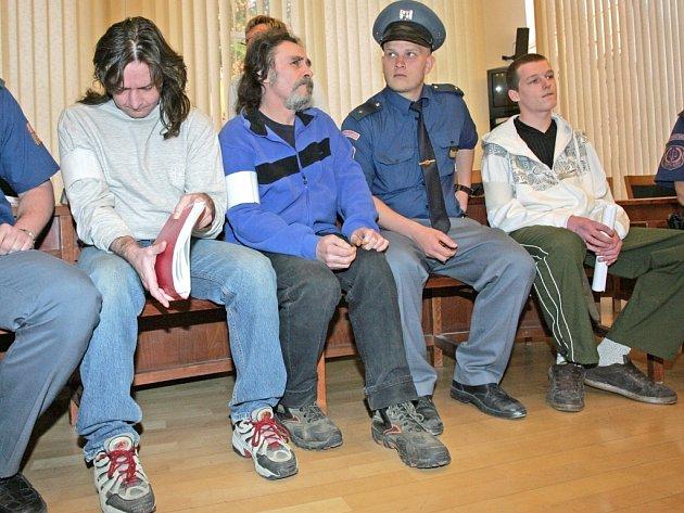 Obžalovaní zleva: Bartuschek, Cink a zcela vpravo Kšica se u soudu hájili tím, že byli všichni opilí.