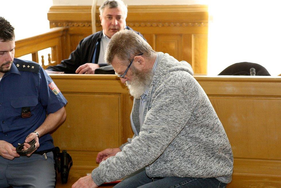 Pětašedesátiletý Rus Valeriy Lebedev se u brněnského krajského soudu hájil nejenom ze znásilnění dívky, ale také z jejího vydírání.