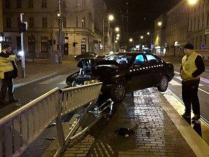 Auto taxislužby najelo na tramvajový ostrůvek na ulici Křenová v Brně. Nehoda se obešla bez zranění.