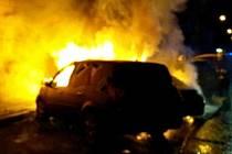 Brněnští hasiči museli v noci po třetí hodině likvidovat požár tří osobních aut ve Francouzské ulici.