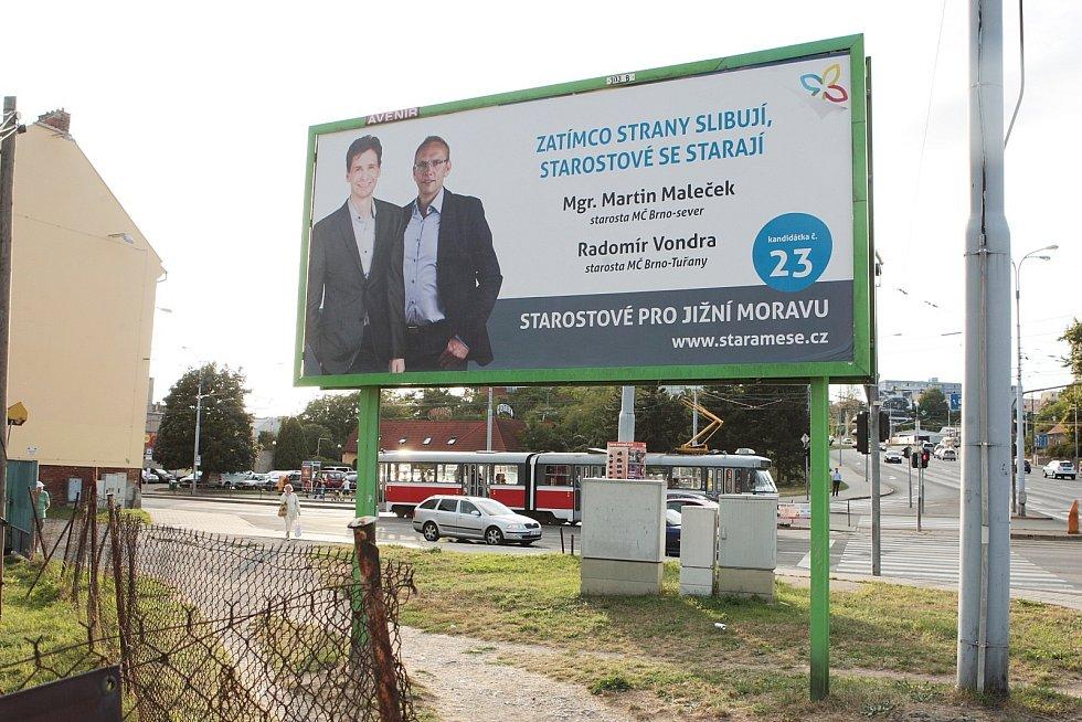 Billboardy politických stran v Brně.