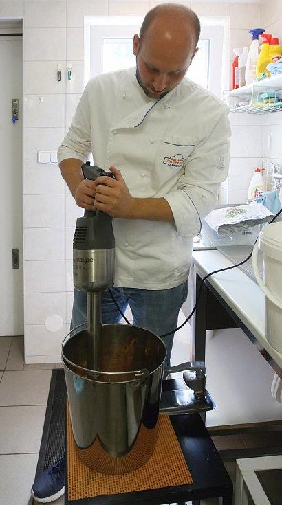 V cukrárně Větrník s Radimem Řezáčem.