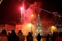 Bujaré oslavy silvestra na náměstí Svobody v roce 2018, letos ale budou mnohem klidnější, i bez ohňostroje. Ilustrační foto.
