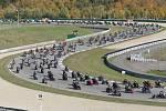 Při vzpomínkové jízdě na zesnulého italského jezdce MotoGP Marca Simoncelliho se na 5403 metrů dlouhou brněnskou dráhu vtěsnalo 2988 strojů.