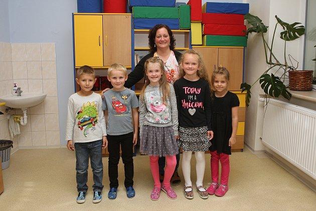 ZŠ Zatčany. Na fotografii žáci 1.třídy střídní učitelkou Hanou Cvanovou.