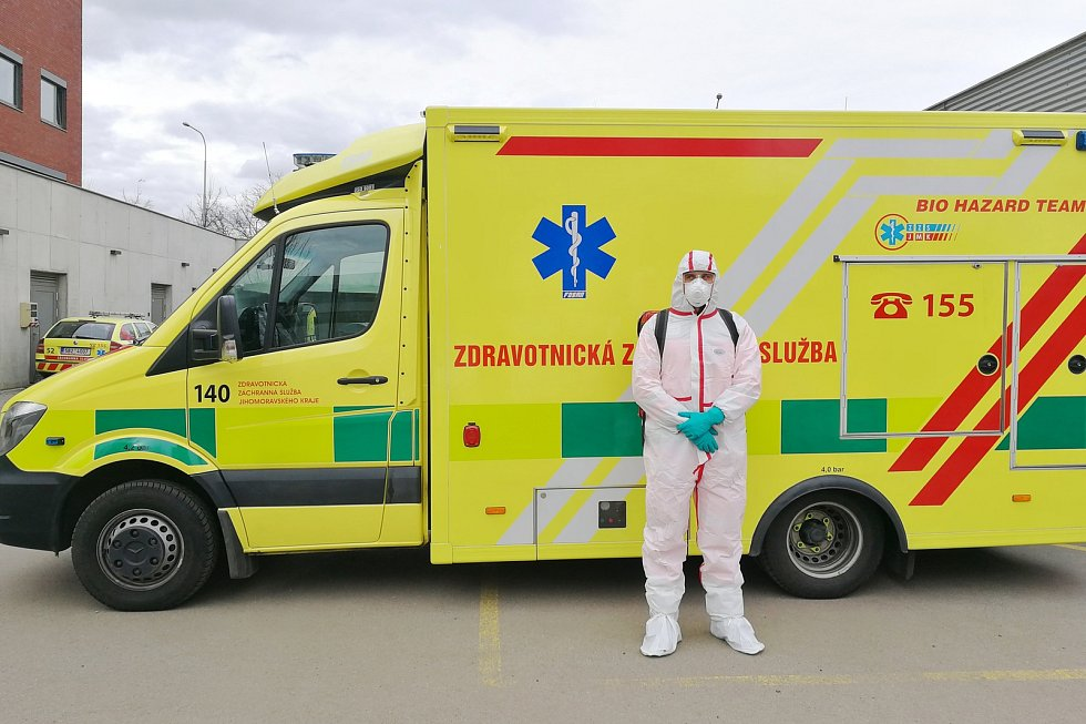 """Speciální vůz ZZS JMK (jde o vůz značky škoda, """"malá sanitka""""), jehož posádka bude u pacientů doma provádět odběry v souvislosti s výskytem nového koronaviru."""