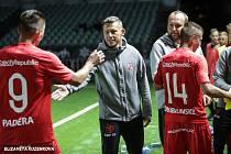 Český kouč Stanislav Bejda (uprostřed) si plácá se svými svěřenci.