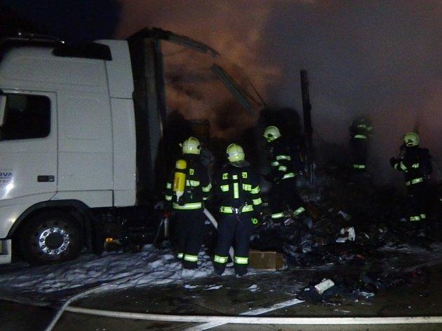 Hořící kamion s textilem zablokoval dálnici D1.