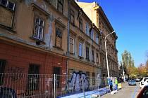 Dělníci opravují dům na nároží náměstí 28.října a ulice Milady Horákové.