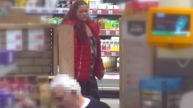 Dvojice kradla v obchodě. Po ženě nyní pátrají.
