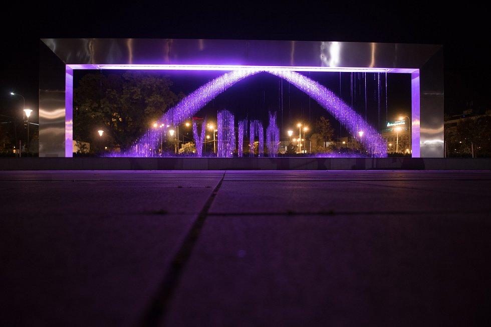 Růžově svítící fontána upozorňuje na boj proti rakovině prsu.
