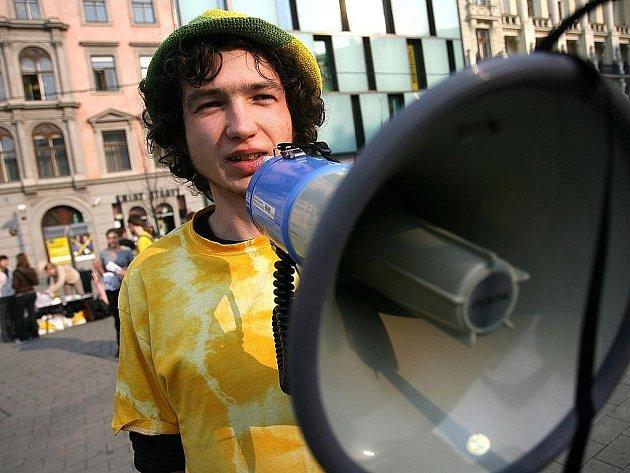 Netradiční veřejný happening, který předznamenal brněnskou část festivalu Jeden svět, hostilo v úterý odpoledne brněnské náměstí Svobody.