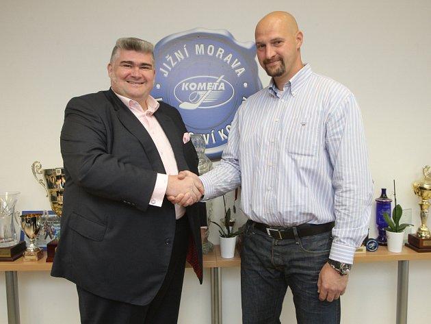 Hokejová Kometa a pivovar Starobrno navázaly užší spolupráci (vlevo obchodní ředitel pivovaru Jiří Daněk, vpravo majitel Komety Libor Zábranský.