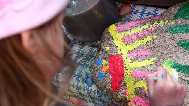 Děti malovaly na kameny, které budou zdobit Židovské náměstí.