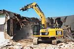 Těžká technika se v úterý pustila do demolice budov, které musí k zemi kvůli výstavbě multifunkční haly na brněnském výstavišti.